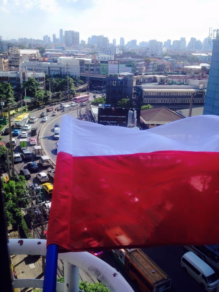 Biało-czerwona flaga w Bangkoku