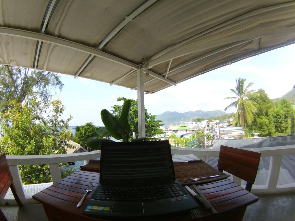 Trochę pracy przed obiadem na dachu hostelu na wyspie Koh Tao w Tajlandii